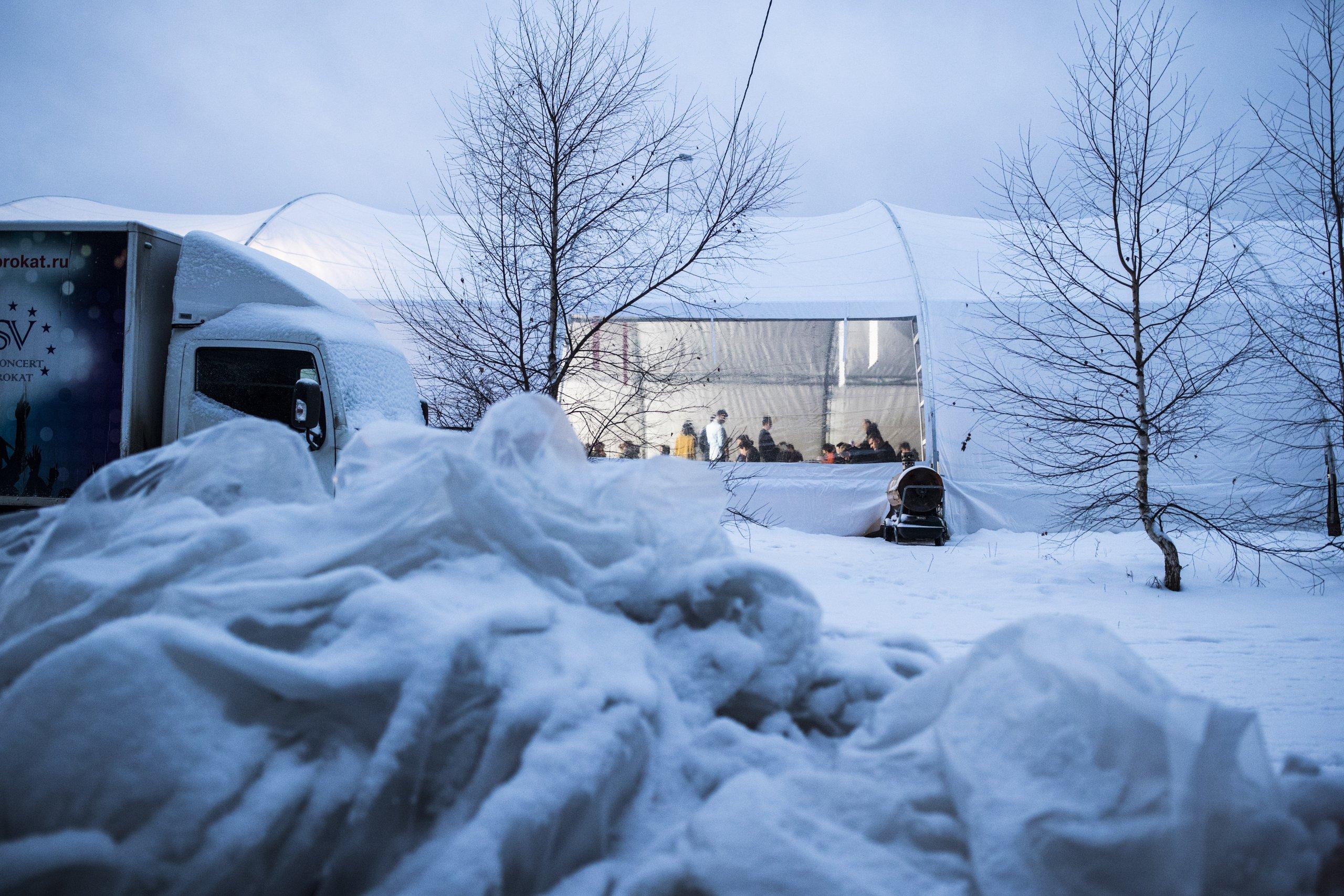 Дед мороз опустил снегурочку головой в снег и трахает